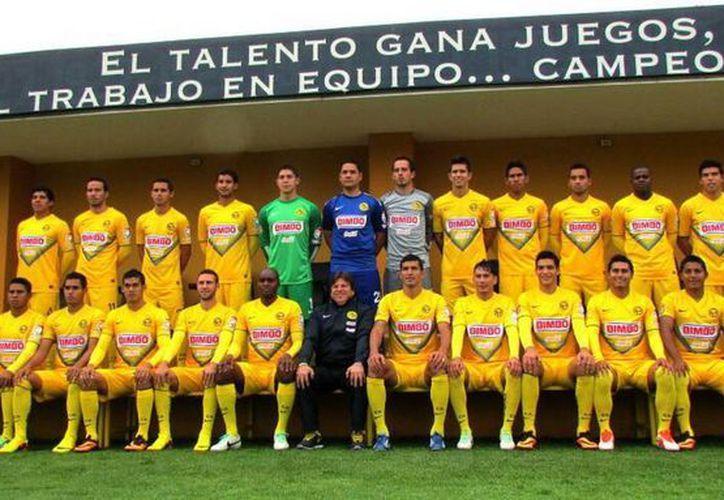 Las Águilas y el técnico del equipo, Miguel Herrera, sacaron la mejor de sus sonrisas para la toma de la foto. (@CF_America)