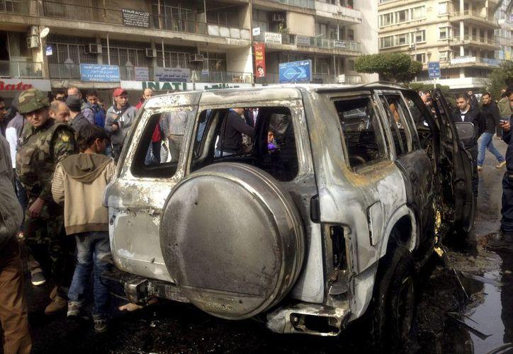 Soldados libaneses vigilan el vehículo dañado del ministro de Deportes, Faisal Karami, atacado hoy por pistoleros. (EFE)