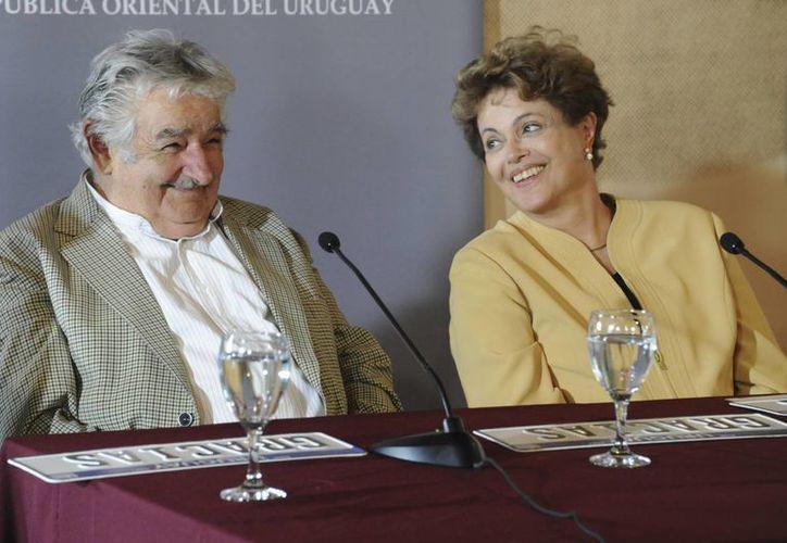 El todavía presidente de Uruguay, José Mujica, con la mandataria de Brasil, Dilma Roussef, en conferencia de prensa. Mujica cederá su puesto. (Foto: AP)