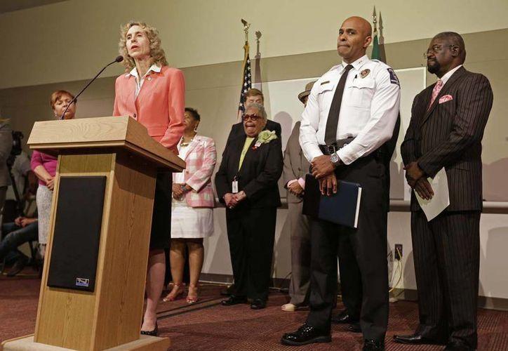 Jennifer Roberts, alcaldesa de Charlotte, durante una reunión informativa después de una noche de protestas en esa ciudad. (AP/Chuck Burton)