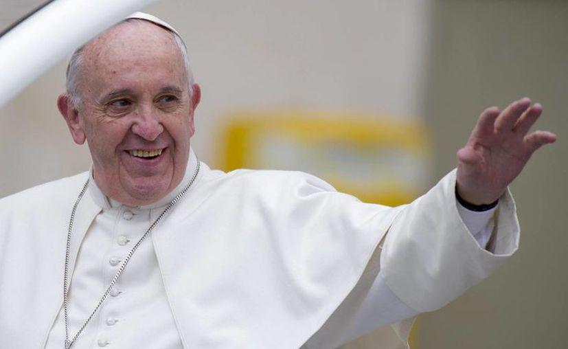 Francisco llegará a México la tarde-noche del viernes 12 de febrero para una gira que durará hasta el miércoles 17.  El Papa saluda desde el papamóvil a su llegada a una audiencia general en la Ciudad del Vaticano, el 3 de febrero de 2016. (Archivo/EFE)