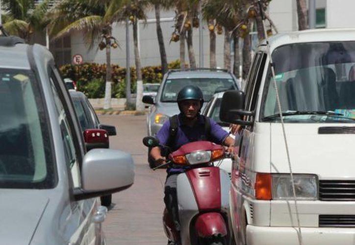 El nuevo reglamento de tránsito de Cozumel busca sancionar a quienes lleven a más de dos personas. (Gustavo Villegas/SIPSE)