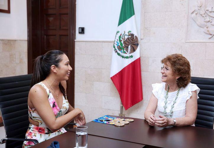 Karem Achach y la alcaldesa María Fritz Sierra, durante la reunión de ayer. (Foto: Milenio Novedades)