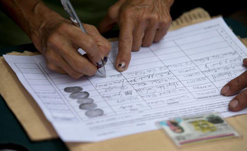 Los venezolanos tienen 48 horas para firmar la solicitud de referéndum para recortar el mandato de Nicolás Maduro. (AP)