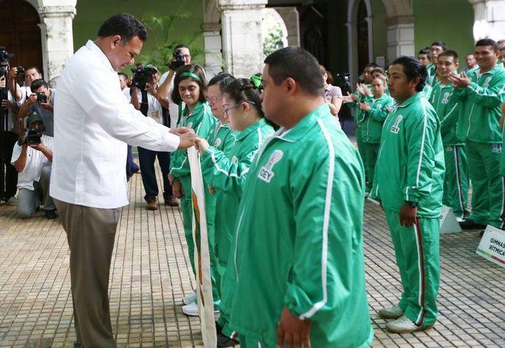 El gobernador Rolando Zapata abanderó a la delegación yucateca conformada por 84 personas que competirán en Morelos. (Milenio Novedades)