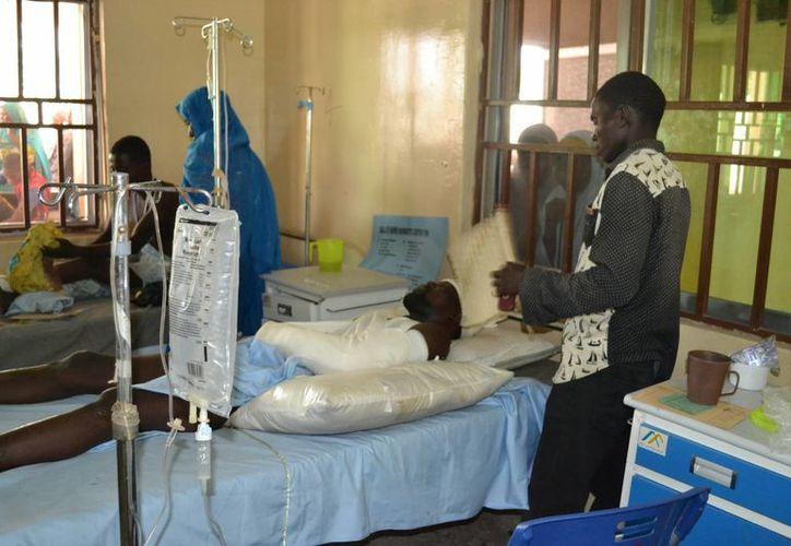 Víctimas de la explosión de una bomba suicida reciben tratamiento en un hospital en Maiduguri, Nigeria. (Agencias)