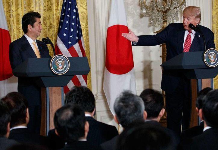 El presidente de EU, Donald Trump, habla durante una conferencia de prensa conjunta con el primer ministro japonés Shinzo Abe, el viernes 10 de febrero de 2017, en la Casa Blanca, en Washington. (AP/Evan Vucci)