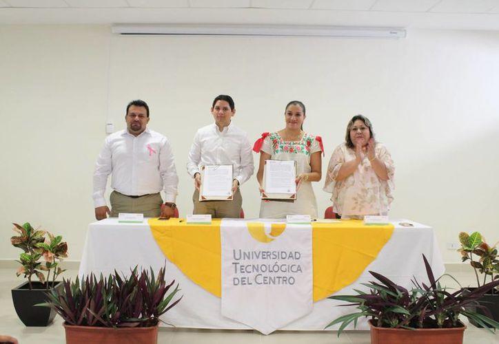 La dependencia gubernamental Cultur firmó este lunes convenios con universidades de Izamal y Valladolid. (Foto cortesía del Gobierno)