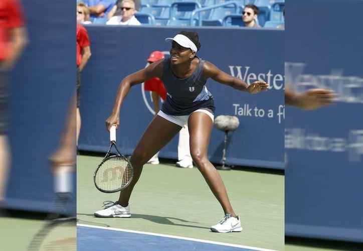 Venus Williams cayó 6-7 (2), 6-3, 6-4 ante Lucie Safarova, con lo quedó fuera del Masters de Cincinnati. (AP)