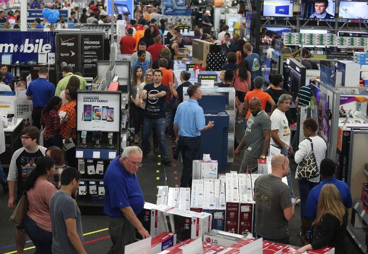 Las personas observan la mercancía en la tienda de electrónicos Best Buy durante las compras del Día de Acción de Gracias en Panama City, Florida. (Agencias)