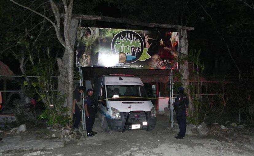 Elementos de Protección Civil llegaron hasta el cenote Chaac Tun, donde colocaron ocho sellos de suspensión. (Redacción/SIPSE)