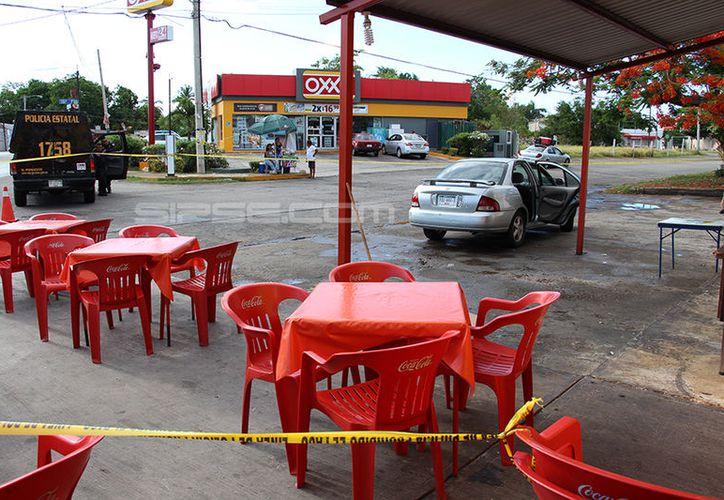 Frente a una taquería quedó el automóvil donde falleció el septuagenario. (Martín González/ SIPSE)