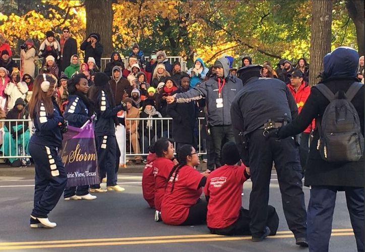 Los cuatro jóvenes bloquearon el inicio del desfile; las autoridades los retiraron y dejaron en libertad. (Foto: San Diego Red)