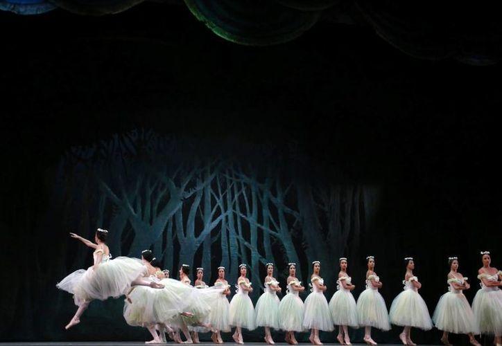 Bailarines del Ballet Nacional de Cuba, ensayan el 6 de junio, en el Centro de Bellas Artes de San Juan, antes de su actuación en la isla. (Archivo/EFE)