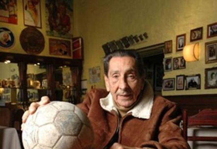 Ghiggia sufrió un grave accidente automovilístico el año pasado, pero se recupera y estará presente en el sorteo mundialista de Brasil. (esfutbol.es)