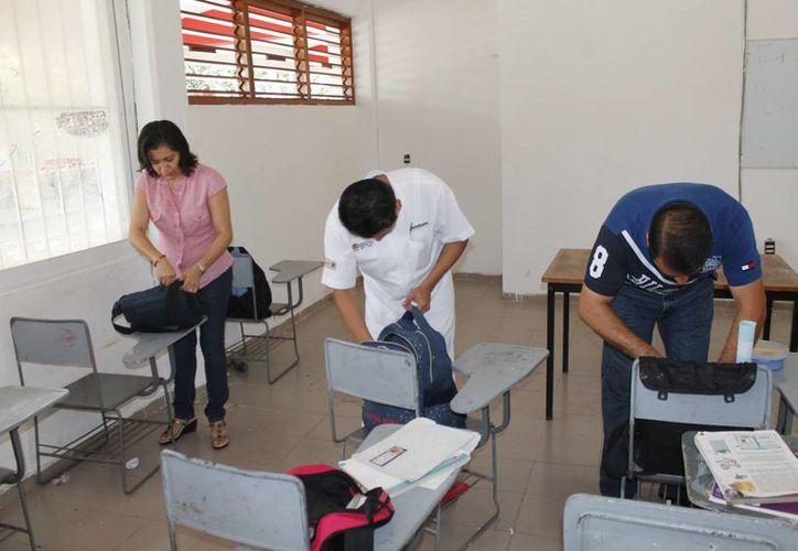 """Revisión de mochilas en la secundaria número 14 """"Los Corales"""". (Jesús Tijerina/SIPSE)"""