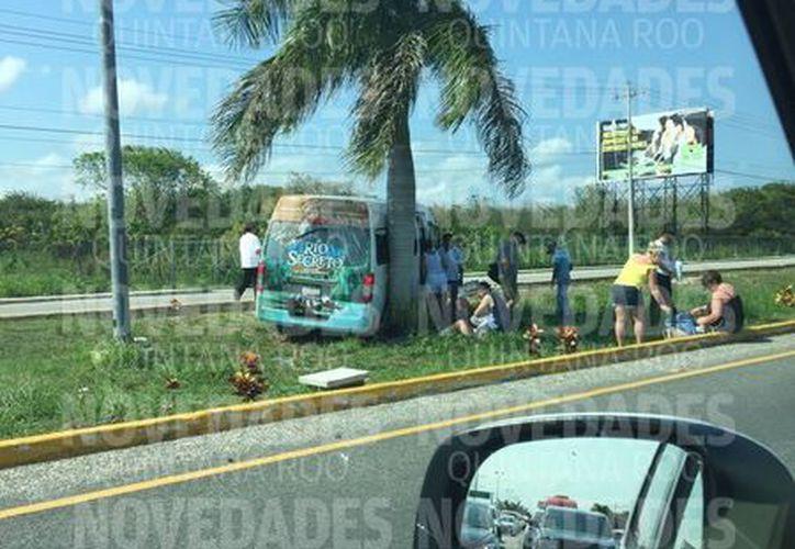En el video se aprecia a una de las Vans encima del camellón central de la carretera. (Foto: Cortesía).