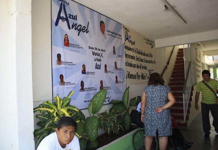 En los pasillos del palacio municipal se pueden ver las mantas apoyando a sus contendientes electorales. (Harold Alcocer/SIPSE)