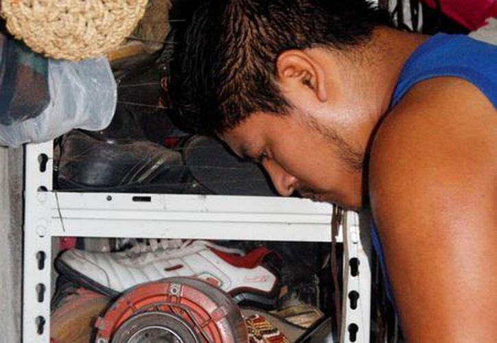 Eugenio Muñoz Domínguez, de 22 años, arregla al día, por lo menos 10 pares de zapatos. (Octavio Martínez/SIPSE)