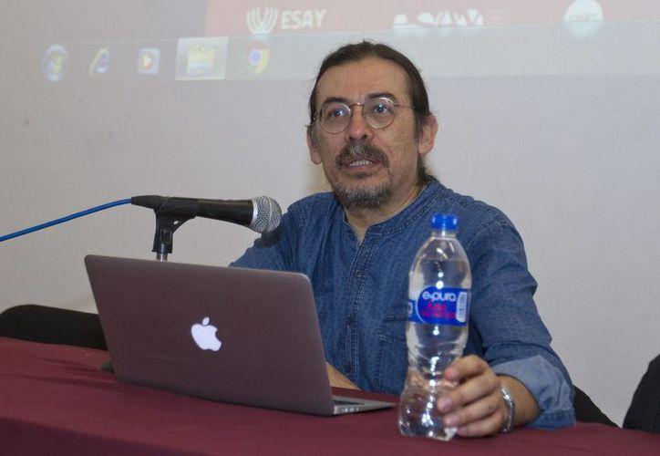 El director de la Escuela Nacional de Arte Teatral, Gilberto Guerrero Vázquez, durante su participación en el Coloquio Nacional #pensarelteatro, este miércoles en la ESAY. (Notimex)