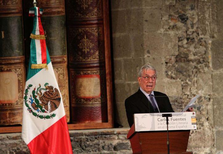 Vargas Llosa, uno de los más importantes novelistas y ensayistas contemporáneos, agradeció el premio.  (Notimex)