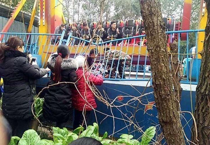 El dramático momento fue captado por visitantes que admiraban los juegos mecánicos del parque. (Agencias)