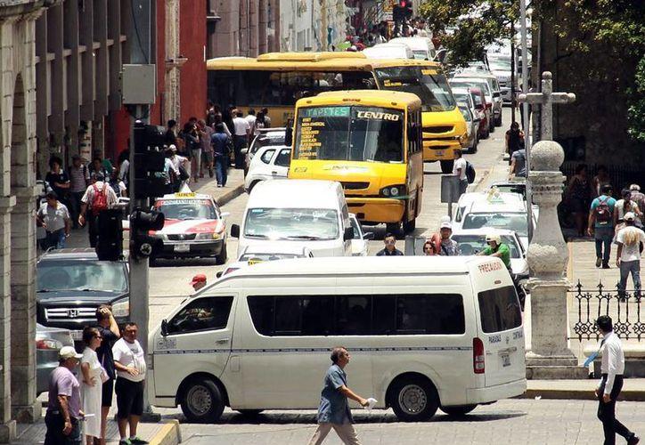 Usuarios del transporte urbano de Mérida ya cuentan por lo menos con dos opciones para saber, desde su teléfono celular, cómo se mueven los autobuses urbanos en Mérida. (Milenio Novedades/Archivo)