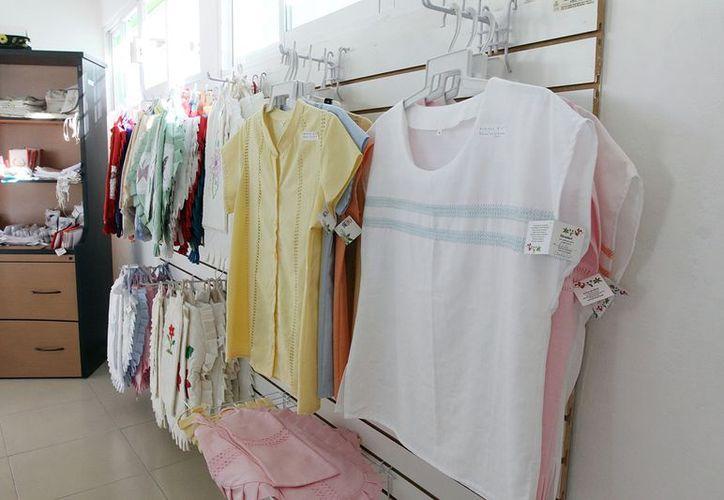 En la Tienda de Manualidades participan 35 artesanas. (Milenio Novedades)