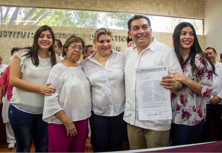 El exsecretario de educación se registró como candidato a la alcaldía de Mérida ante el Iepac.  (Facebook)