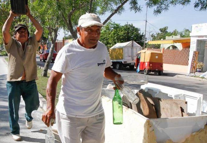 La Sedesol relanzará el programa 'Recicla por tu bienestar' para combatir al mosco transmisor del dengue y otros males, y en el que ciudadanos canjearán materiales reciclables por artículos o alimentos. (Milenio Novedades)