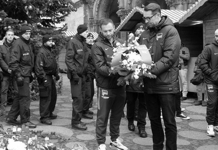 El Hertha Berlín acudió al lugar de los hechos para depositar flores a las víctimas del atentado del pasado martes. (Foto tomada de Facebook/Hertha Berlín)