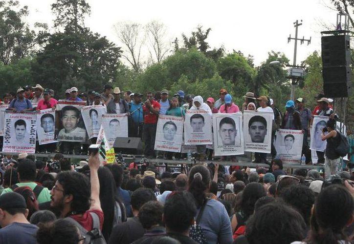 Aspecto de la marcha en apoyo a los estudiantes de la Normal Rural de Ayotzinapa, Guerrero, que partió Ángel de la Independencia en días pasados. Padres de los 42 alumnos desaparecidos  buscan un encuentro con EPN.  (Archivo/Notimex)