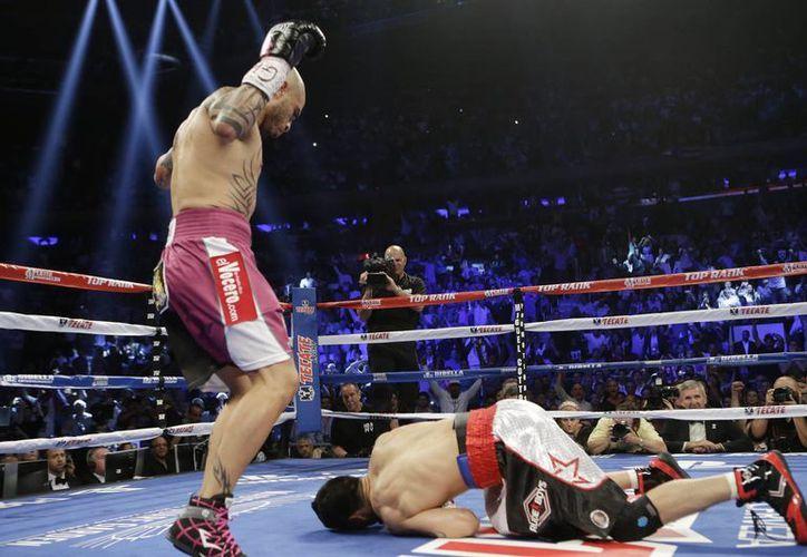 Miguel Ángel Cotto (i) se vio muy superior a 'Maravilla' Martínez e hizo una pelea seria, aplicada, inteligente y con buen boxeo. (Foto: AP)