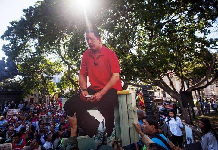 Fotografías del fallecido presidente venezolano Hugo Chávez, en la Plaza Bolívar de Caracas, Venezuela, el jueves 7 de enero de 2015. (EFE)
