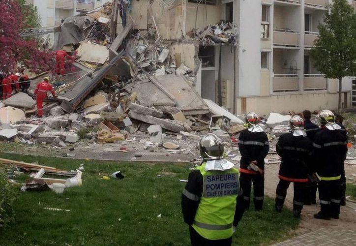 Podría haber más  víctimas debido a  que aún se revisa entre los escombros.  (EFE)