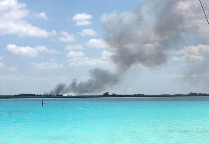 Los incendios a la orilla de la laguna de Bacalar se realizan en las zonas alejadas, señalan ecologistas. (Javier Ortiz/SIPSE)