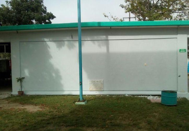 Los murales empezaron a eliminarse con pintura blanca desde hace dos semanas para darle otra  'otra' imagen al colegio. (Joel Zamora/SIPSE)