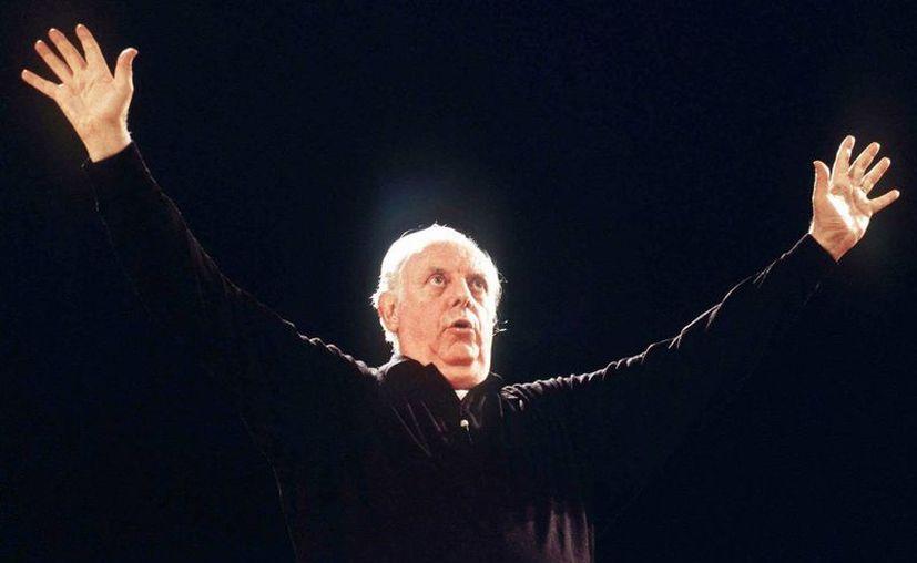 En esta imagen de archivo, el dramaturgo y actor italiano Dario Fo, sobre el escenario de un teatro en Milán, Italia. El dramaturgo y premio Nobel de Literatura falleció el 13 de octubre de 2016 en Milán. Tenía 90 años. (AP Foto/Massimo Rana, archivo)