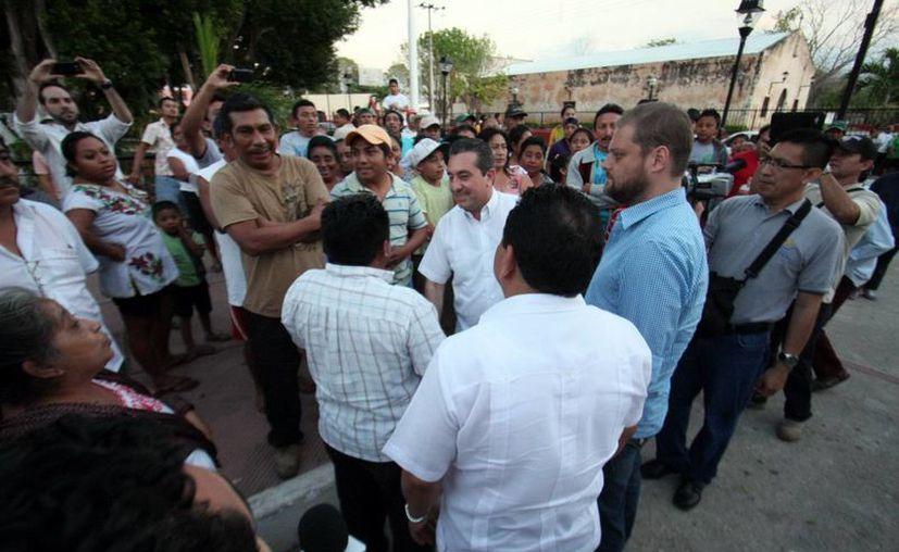 Los policías tuvieron que formar una valla para evitar que los habitantes de Tinum se acercaran al Palacio Municipla. (SIPSE)