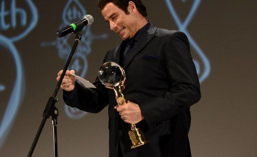 John Travolta agradece el premio que recibió en República Checa. (EFE)
