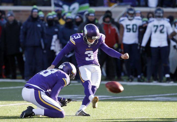 Blair Walsh de los Vikingos de Minnesota  con 22 segundos en el cronómetro erró un intento de 27 yardas, lo cual representaba la inminente eliminación de la contienda de los Halcones Marinos de Seattle. (AP)