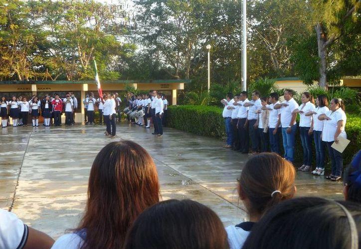 En el primer día de actividades se realizó un acto cívico. (Raúl Balam/SIPSE)