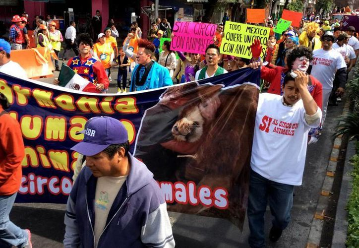 Los cirqueros anunciaron que no se moverán del Zócalo sino hasta recibir respuesta. (Notimex)