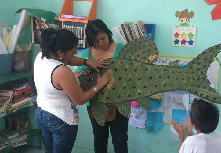 Le enseñan a los niños todo sobre el pez león con figuras. (Harold Alcocer/SIPSE)