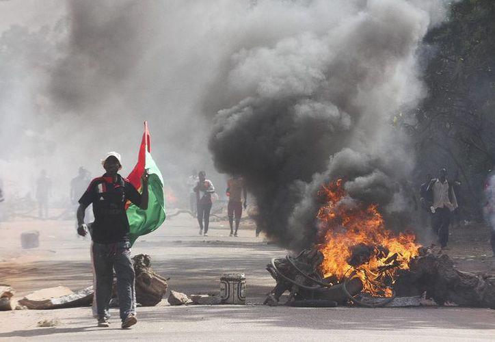 El incendio del Parlamento, ataques a las residencias de numerosos cargos públicos y saqueos en muchos comercios han dejado Uagadugú en un estado de posbélico. (EFE)