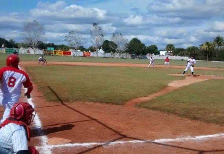 El cubano Yansiel Agete y el tiburón César Caamal, se adjudicaron las coronas de bateo de la Liga Estatal de Béisbol 'Naxón Zapata'. (SIPSE)