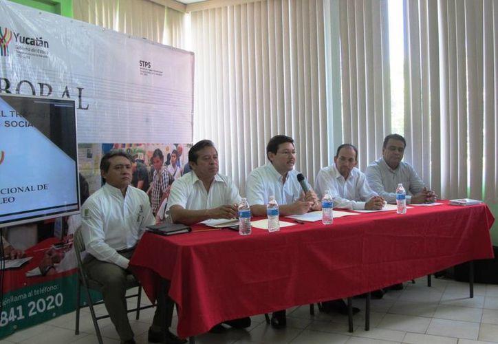 Durante la presentación de programas de la STPS ante autoridades educativas se aclaró que las Becas de Capacitación para el Trabajo (Bécate) están dirigidas a la población desempleada o subempleada. (Foto cortesía del Gobierno de Yucatán)