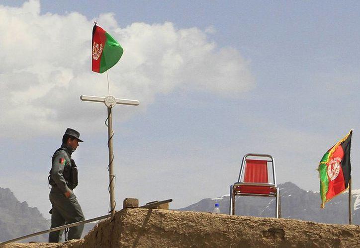 Un policía monta guardia cerca de una base del Ejército afgano. (Agencias)