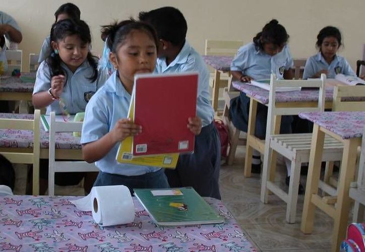 En total, en esta gira de trabajo se entregaron mil 155 mochilas con útiles escolares. (Redacción/SIPSE)