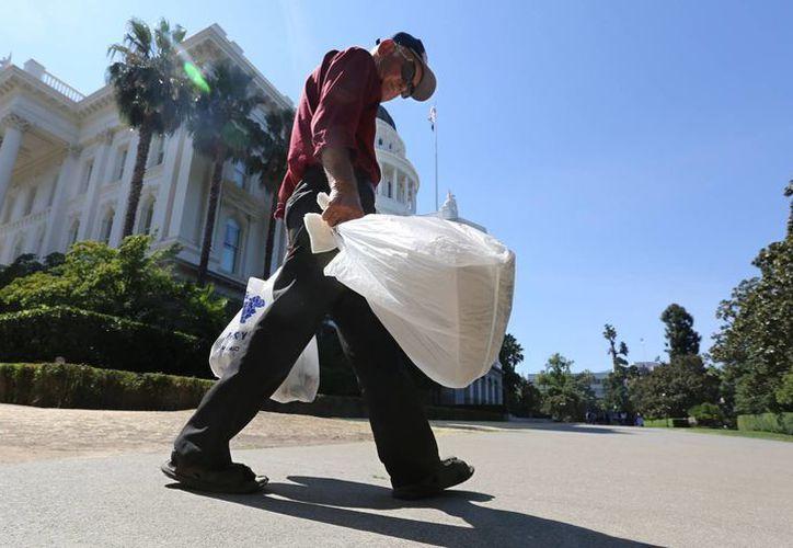 Las bolsas de plástico se eliminarán gradualmente hacia 2016, comenzando por los supermercados. (AP)